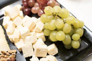 Fruta fresca y quesos españoles
