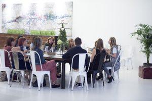 Mesa redonda de los asistentes y Lotte